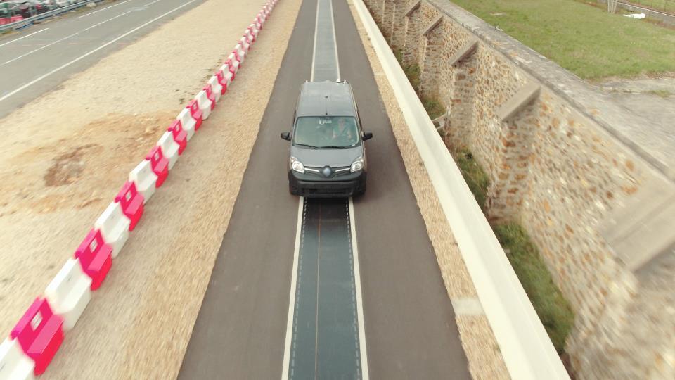 Renault trabaja para cargar sus vehículos eléctricos en marcha