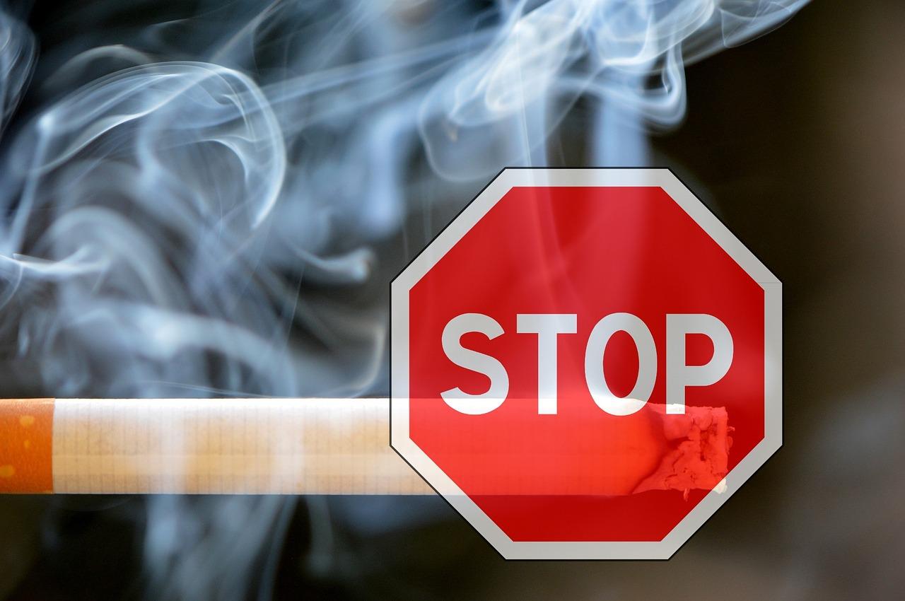 Tres sociedades médicas españolas piden a la DGT que se prohíba fumar al volante
